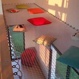 Spazio relax realizzato con una rete da arredo rettangolare su misura
